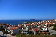 Vue panoramique des toits de terre cuite de la ville de la Grèce et du port Dans la distance une île et une ligne d'horizon photographie stock