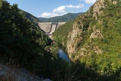 Vue panoramique du barrage du réservoir de Vacha Antonivanovtsy, montagne de Rhodopes Photo libre de droits