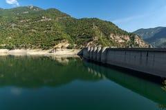 Vue panoramique du barrage du réservoir de Vacha Antonivanovtsy, montagne de Rhodopes Photos stock