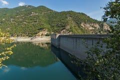 Vue panoramique du barrage du réservoir de Vacha Antonivanovtsy, montagne de Rhodopes Image libre de droits