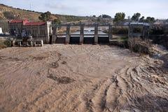 Vue panoramique du barrage et de l'usine hydro-électrique dans Mengibar Photos stock