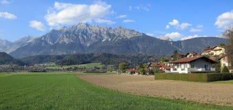 Vue panoramique du bourg de Wattens contre les montagnes de Karwendel Wattens, état du Tyrol, Autriche image stock