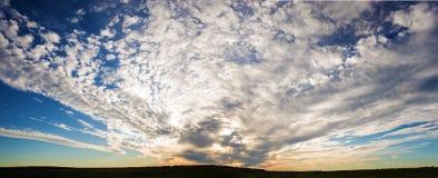 Vue panoramique du coucher du soleil dramatique Images stock