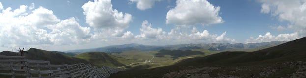 Vue panoramique du haut des montagnes de Bucegi sous quelques nuages essayant de bloquer le soleil d'été photos libres de droits