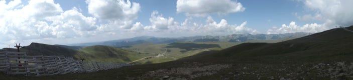 Vue panoramique du haut des montagnes de Bucegi sous quelques nuages essayant de bloquer le soleil d'été image libre de droits