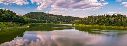 Vue panoramique du lac entouré par la forêt en Pologne photographie stock libre de droits
