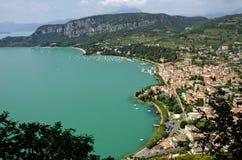 Vue panoramique du lac garda du haut de la colline Image libre de droits