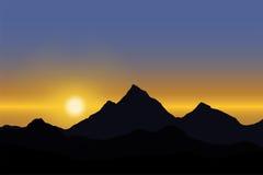 Vue panoramique du lever de soleil au-dessus du paysage de montagne sous le ciel bleu illustration libre de droits