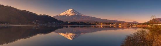 Vue panoramique du mont Fuji au lac Kawaguchi images stock