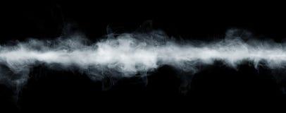 Vue panoramique du mouvement abstrait de brouillard ou de fumée sur le fond noir Fond blanc d'opacité, de brume ou de brouillard  photos stock