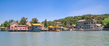 Vue panoramique du palais d'été impérial avec le lac kunming et du bateau de marbre célèbre dans Pékin, Chine photographie stock libre de droits