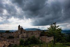Vue panoramique du palais ducal d'Urbino en Italie centrale avec un ciel dramatique image libre de droits