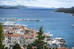 Vue panoramique du petit village de pêche image stock