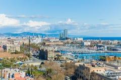 Vue panoramique du port et de la partie de la ville de Barcelone photographie stock libre de droits