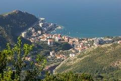 Vue panoramique du village de Rafailovici, de la baie avec des bateaux et des yachts et des maisons avec les toits rouges un jour photos libres de droits