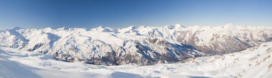 Vue panoramique en bas d'une vallée de montagne Photo stock