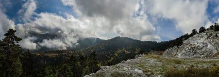 Vue panoramique en haut dessus des forêts et de la serpentine de l'île grecque d'Evia avec la mer et de nuages sur l'horizon sur  photo stock