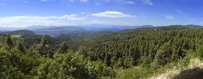 Vue panoramique en haut dessus des forêts et de la serpentine de l'île grecque d'Evia avec la mer et de nuages sur l'horizon sur  image stock