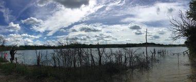 Vue panoramique fascinante de lac photo libre de droits