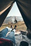 Vue panoramique Femme appréciant la vue de la gamme de montagne de t Photo stock