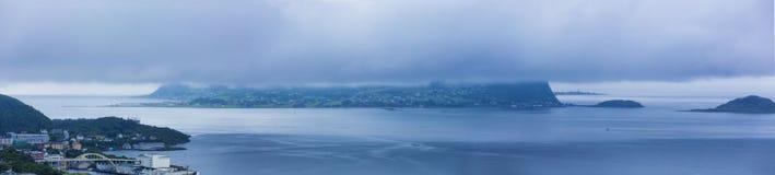 Vue panoramique Godoy Isald sous le nuage de tempête, vue d'Alesund photos libres de droits
