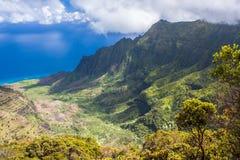 Vue panoramique grande-angulaire de la vallée de Kalalau sur la côte de Na Pali de Kauai, Hawaï Pris de la surveillance de Pu'u O Images stock