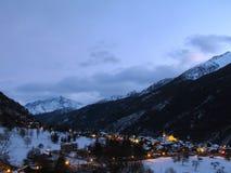 Vue panoramique La Salle de coucher du soleil d'hiver de neige d'alpes de montagnes images stock