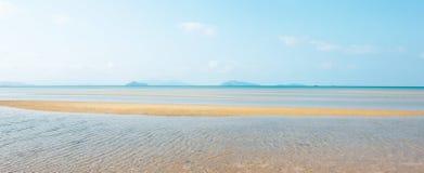 Vue panoramique, mer tropicale scénique en été Belles marques d'ondulation sur la plage d'or de sable, les nuages blancs et le ci images libres de droits