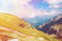 Vue panoramique modifiée la tonalité au-dessus des montagnes de Carpatian, vallées vertes Images stock