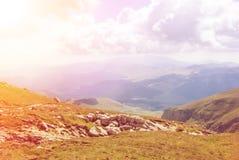 Vue panoramique modifiée la tonalité au-dessus des montagnes de Carpatian, vallées vertes Photographie stock