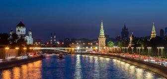 Vue panoramique, Moscou Kremlin et remblai de rivière de Moscou dedans Photographie stock libre de droits