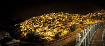 Vue panoramique nocturne de Prizzi, Italie Photos stock