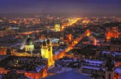 Vue panoramique aérienne de centre de la ville historique la nuit, Lviv, Ukraine Site de patrimoine mondial de l'UNESCO images stock
