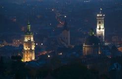 Vue panoramique aérienne de centre de la ville historique la nuit, Lviv, Ukraine Site de patrimoine mondial de l'UNESCO images libres de droits
