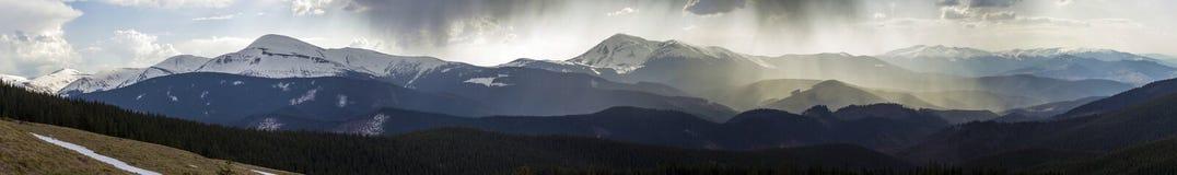 Vue panoramique stupéfiante de moun carpathien brumeux magnifique image libre de droits