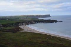 Vue panoramique sur la baie blanche de parc en Irlande du Nord R-U photographie stock libre de droits