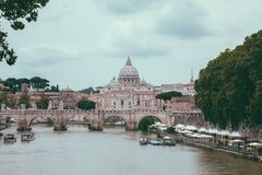 Vue panoramique sur la basilique papale de St Peter ? Vatican et rivi?re le Tibre photos libres de droits