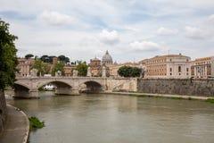 Vue panoramique sur la basilique papale de St Peter ? Vatican et rivi?re le Tibre image stock