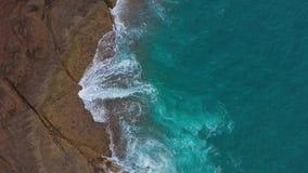 Vue panoramique sur la côte de pierre du désert sur l'océan Atlantique Côte de l'île de Tenerife Images aériennes de drones de me banque de vidéos