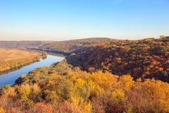 Vue panoramique sur la rivière Nistru dans la ville de Soroca l'automne, mole photo libre de droits