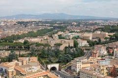Vue panoramique sur la ville de Rome de basilique papale de St Peter photographie stock