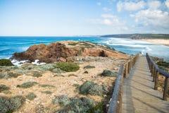 Vue panoramique sur le littoral atlantique coloré avec la voie en bois Image libre de droits