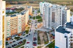 Vue panoramique sur le nouveau quart résidentiel quart de développement urbain de secteur gratte-ciel le soir d'une vue d'oeil  images stock