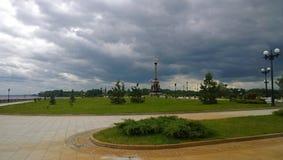 Vue panoramique sur le parc de Strelka dans Yaroslavl photos stock