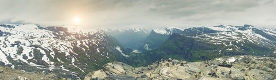 Vue panoramique sur le paysage de montagne de la Norvège images stock