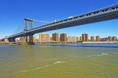 Vue panoramique sur le pont de Manhattan au-dessus de l'East River Photographie stock libre de droits
