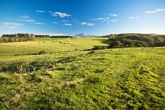 Vue panoramique sur le rhune coloré de La de montagne au-dessus du pré de vert de ressort en ciel bleu Photo libre de droits