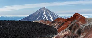 Vue panoramique sur le volcan actif d'Avachinsky de cratère kamchatka Photos stock