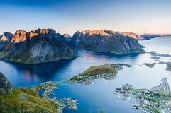 Vue panoramique sur les montagnes renversantes Image stock