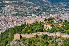 Vue panoramique sur les murs de château, le château inférieur et la ville du château supérieur dans Alanya Photographie stock